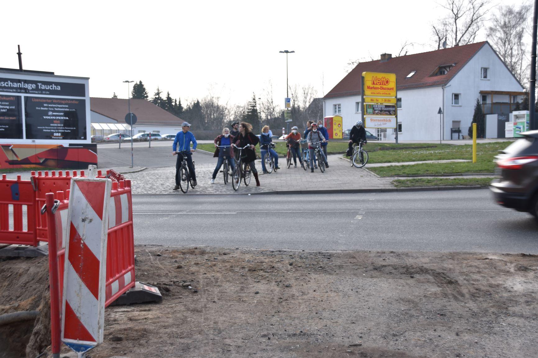 Geduld braucht man, wenn man von der Graßdorfer Straße kommend die B87 überqueren will.