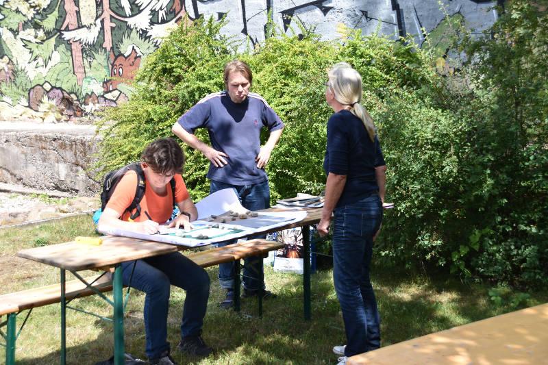 """Im Juli waren wir mit einem Info-Tisch beim """"Badergassen-Projekt"""", einer Graffitti-Aktion des Tauchaer Geschwister-Scholl-Gymnasiums mit Farbe und Musik."""